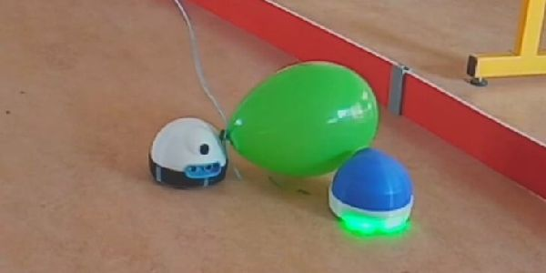 un match de football avec des robots